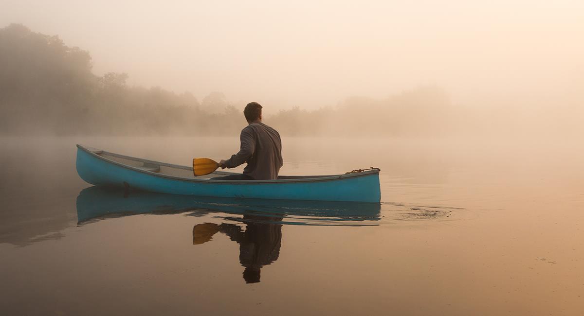 Cet homme navigue sur les rivières dans un canoë jouant de la guitare. Photo: Shutterstock