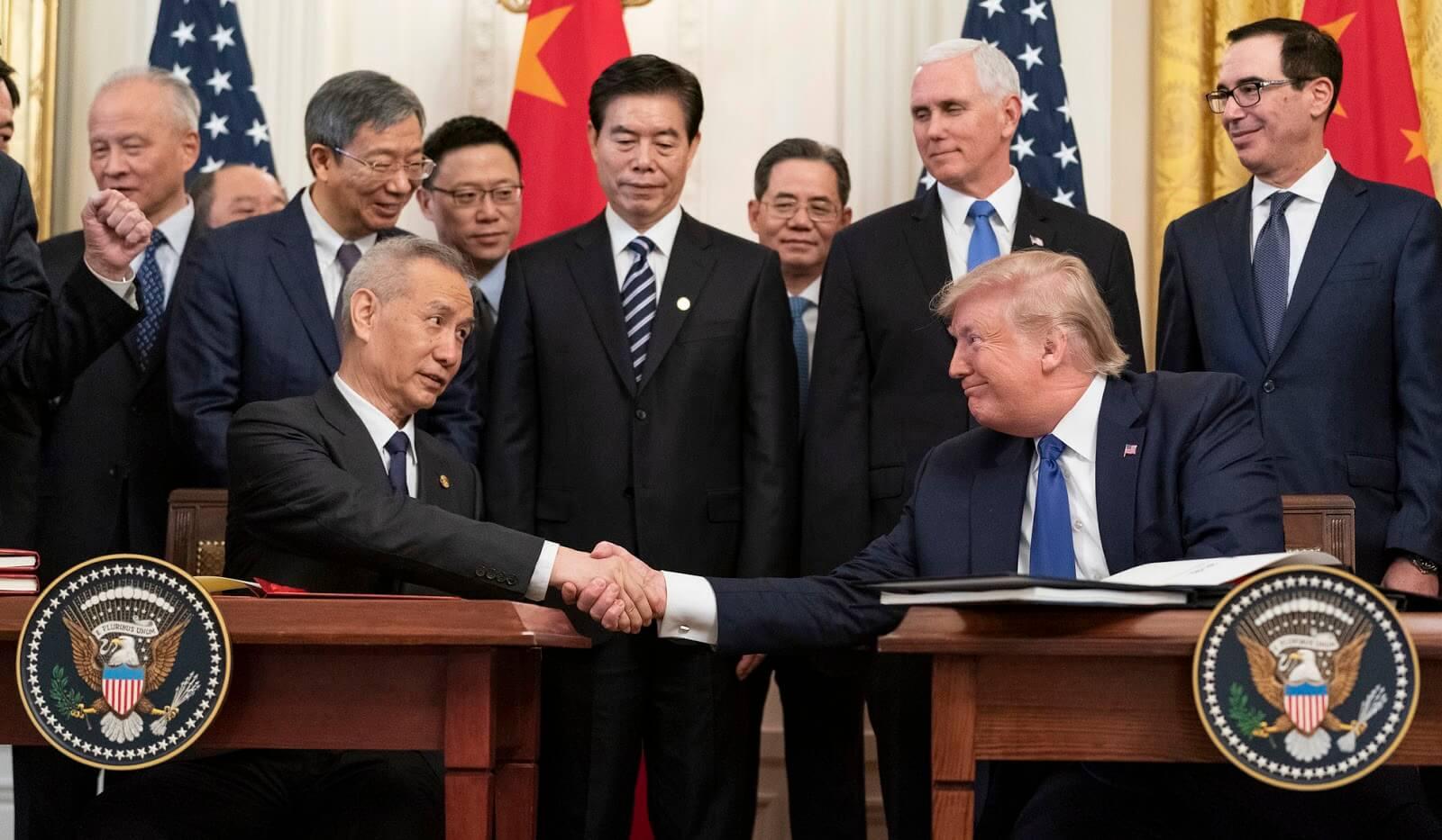 Sur la photo, les présidents chinois et américain se serrent la main. Contenu sur la Chine et les États-Unis.