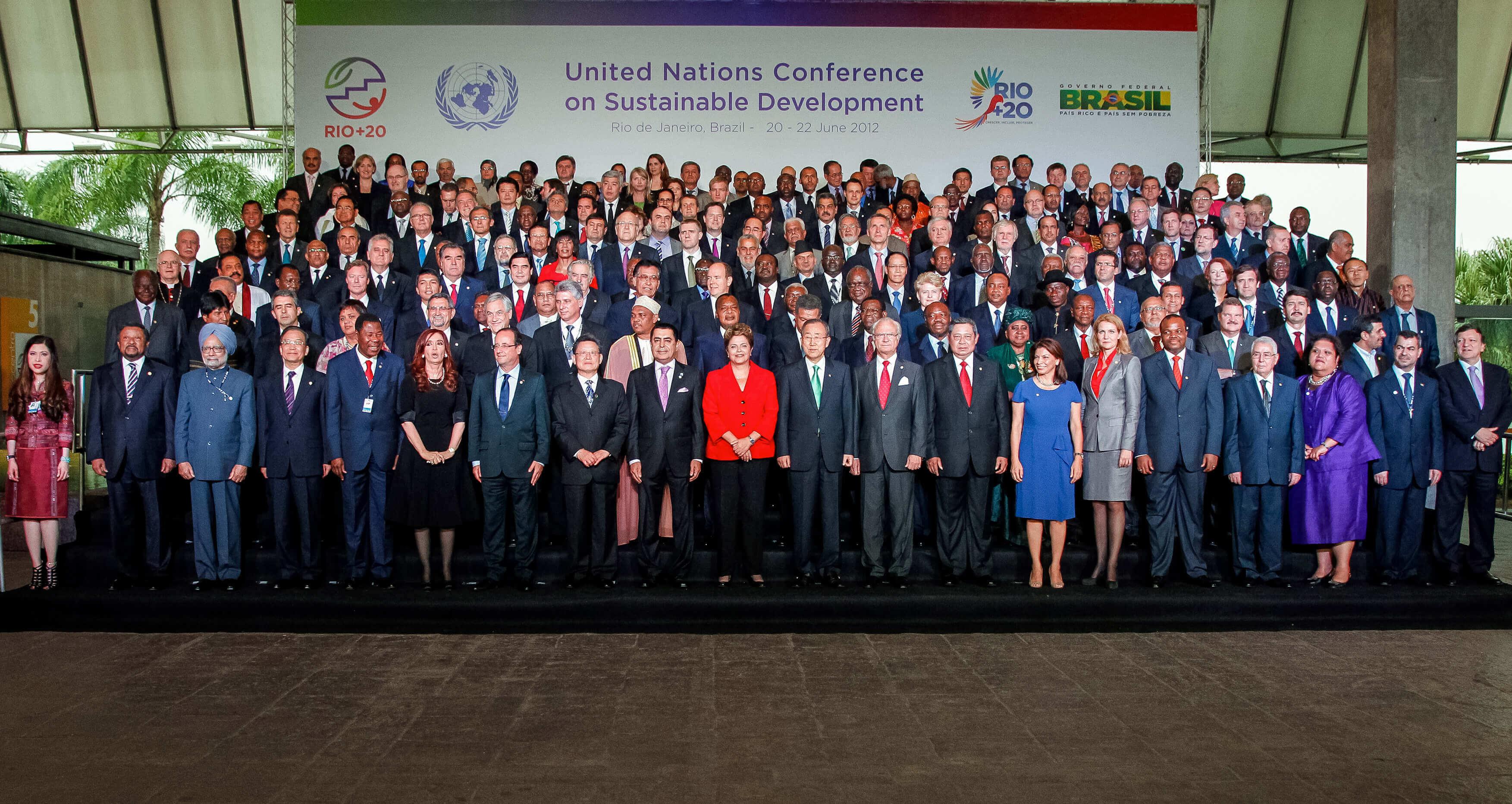 Sur l'image, des dirigeants mondiaux posant devant le panel Rio + 20. Contenu sur les objectifs de développement durable.