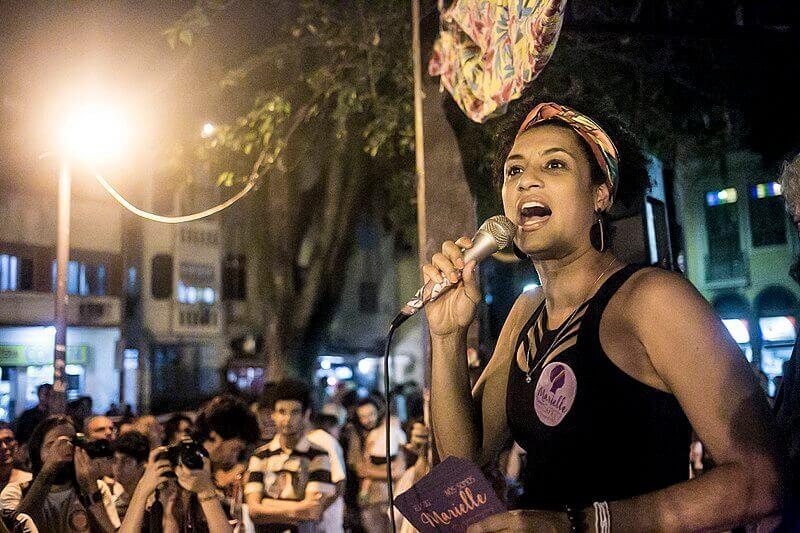 Sur l'image, Marielle avec un microphone à la main pendant le rallye.