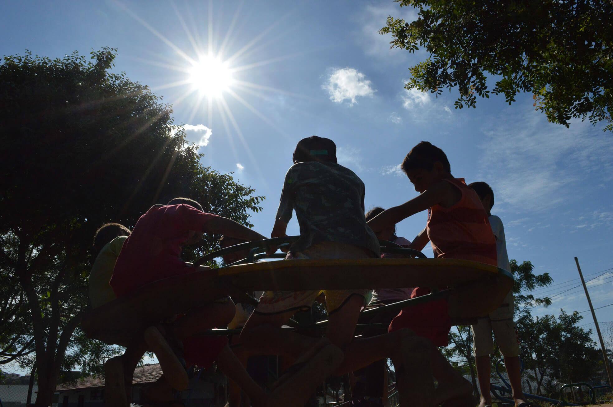 Enfants jouant sur l'aire de jeux. Contenu Unicef
