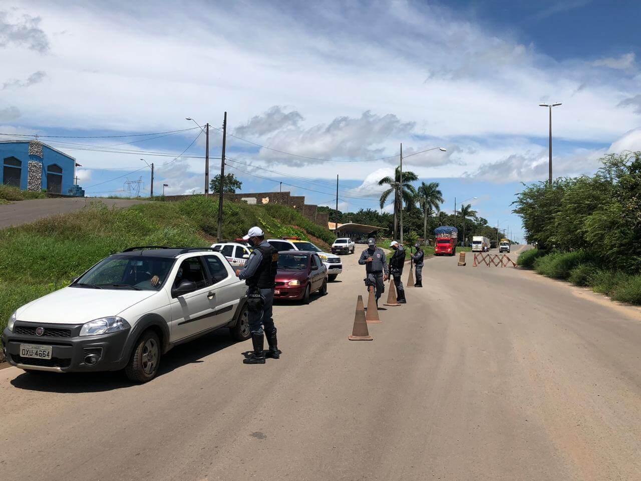 Dans l'image, des policiers militaires inspectent les voitures dans la rue Maranhão. Contenu sur Lockdown à Maranhão.