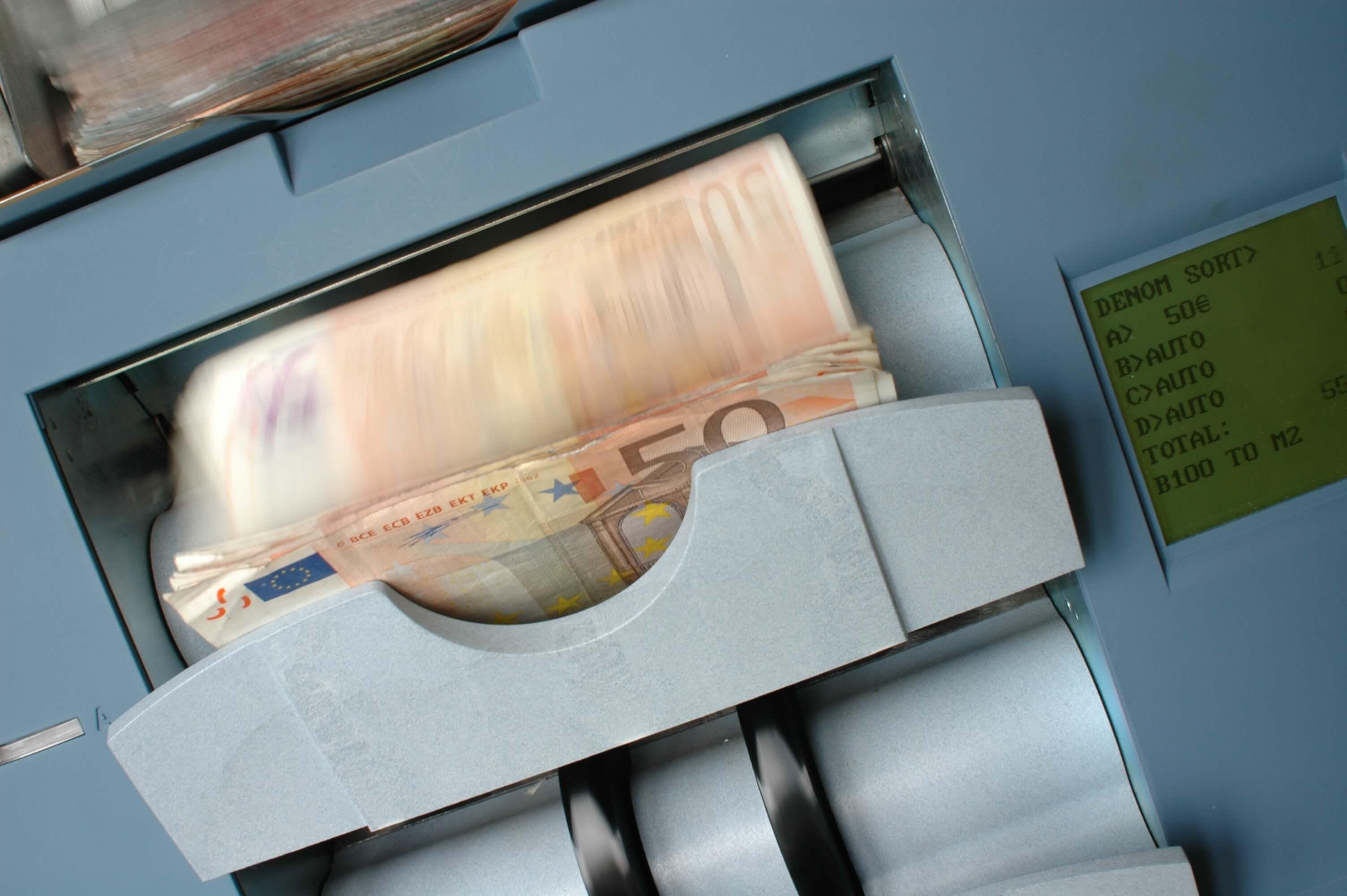 les factures d'argent comptées sur une machine. contenu du piège à liquidité