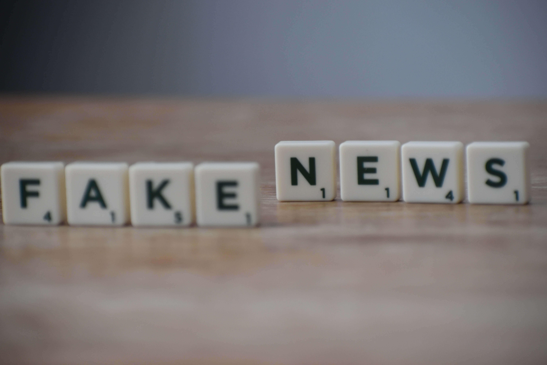 Dans les images, les pièces du jeu épellent Fake News. Contenus réglementaires contre les fausses nouvelles