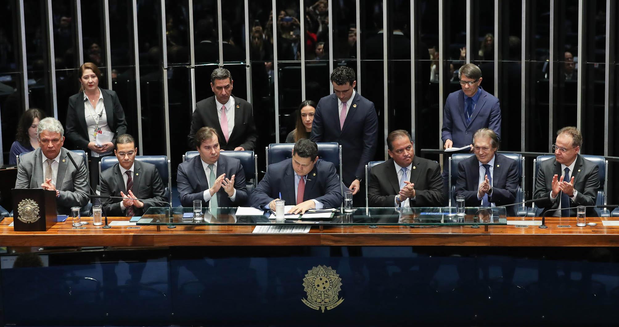 Dans l'image, des parlementaires autour de la table du Congrès national. contenu sur la réforme des retraites dans les États et les municipalités.