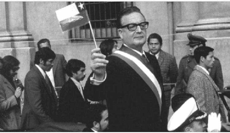Dans l'image, Salvador Allende tenant le drapeau du Chili. Contenu sur la crise économique au Chili.
