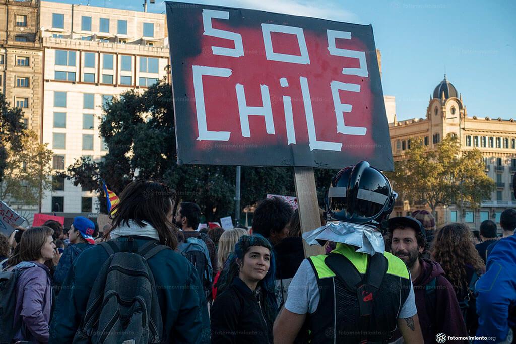 Les manifestants dans la rue avec signe SOS CHILI. Contenu sur la crise économique du Chili.
