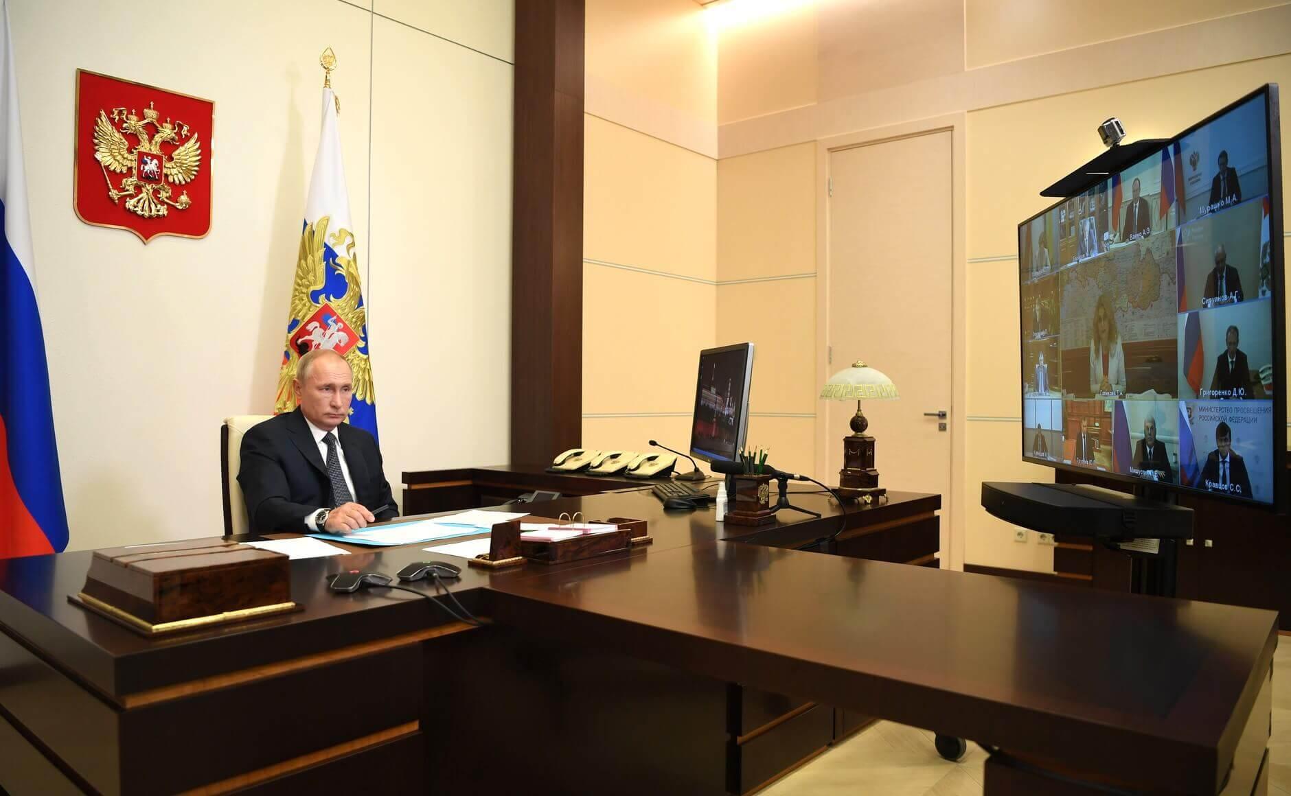 Le président russe Vladimir Poutine lors d'une réunion avec des membres du gouvernement. (Via: Photos publiques)