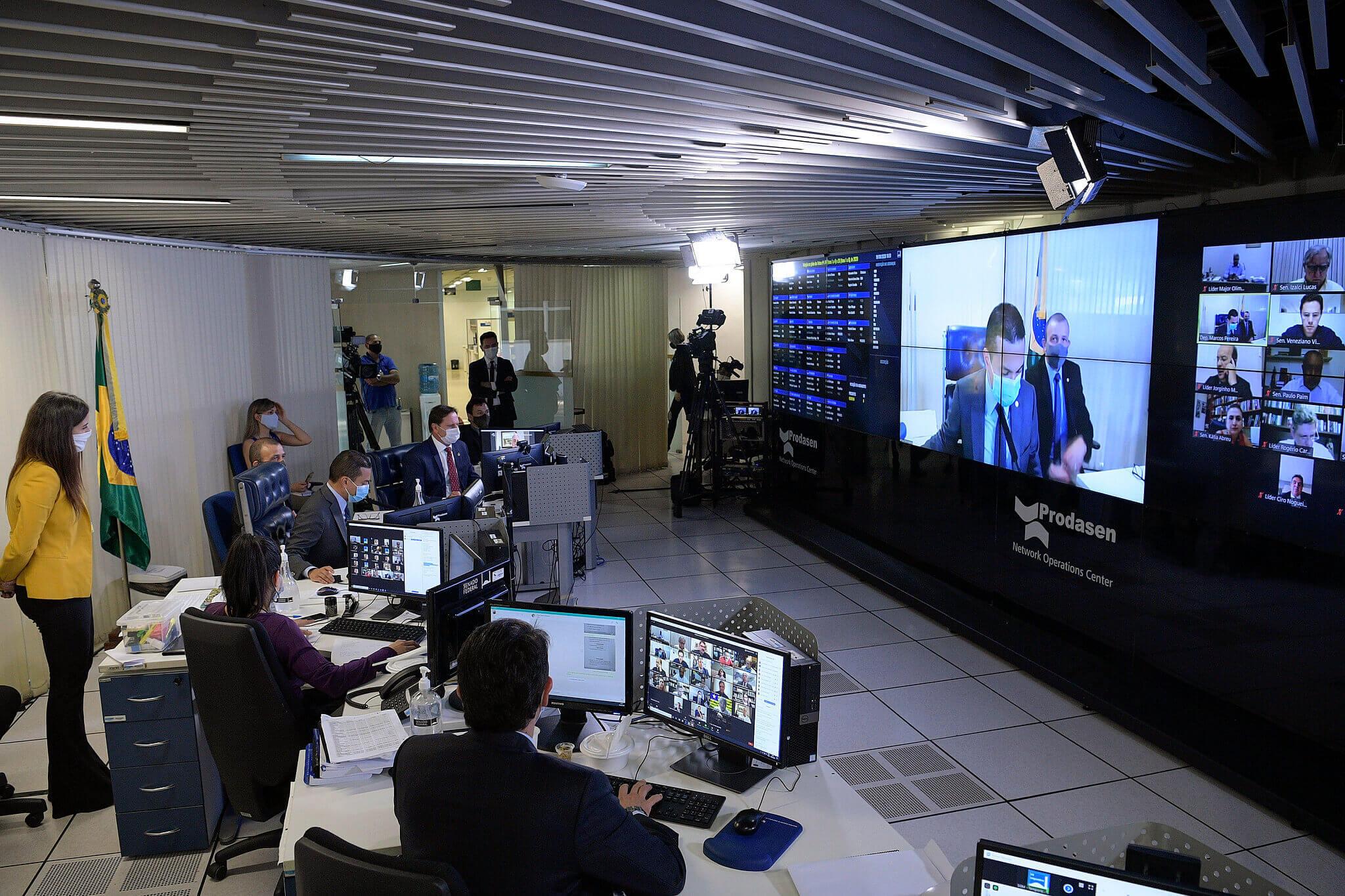 Dans l'image, un écran avec participation virtuelle de parlementaires à une session du Congrès. Contenu sur la façon de plaider en période de délibération à distance.