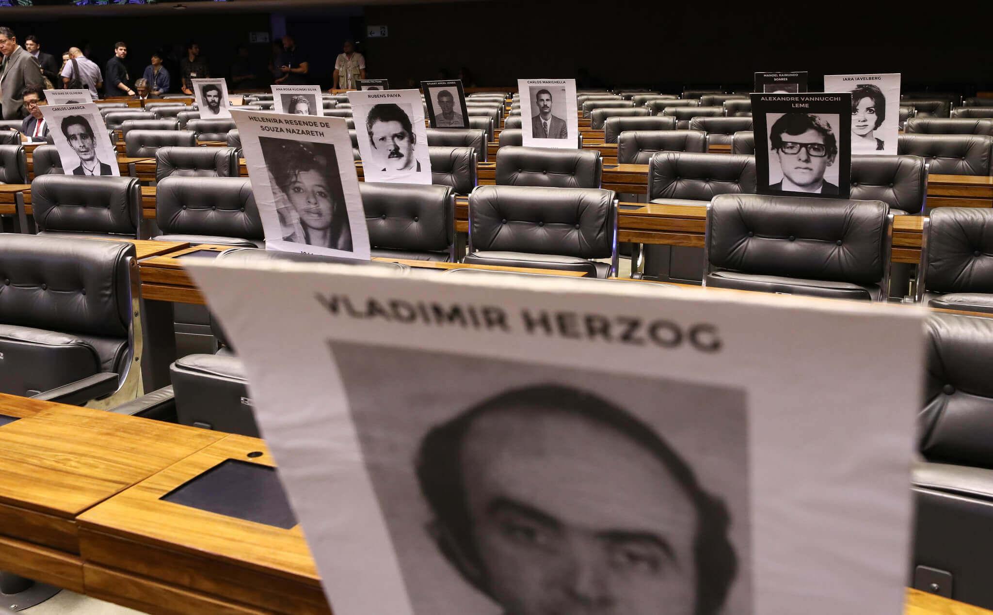 Chaises vides du Congrès national avec images imprimées à la mémoire de ceux qui ont été persécutés pendant la dictature militaire. Contenu AI-5