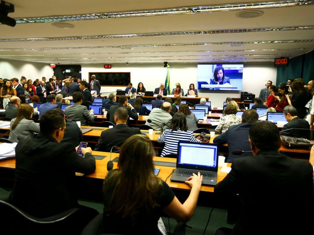 Lecture du rapport PEC sur FUNDEB dans une salle avec des députés.
