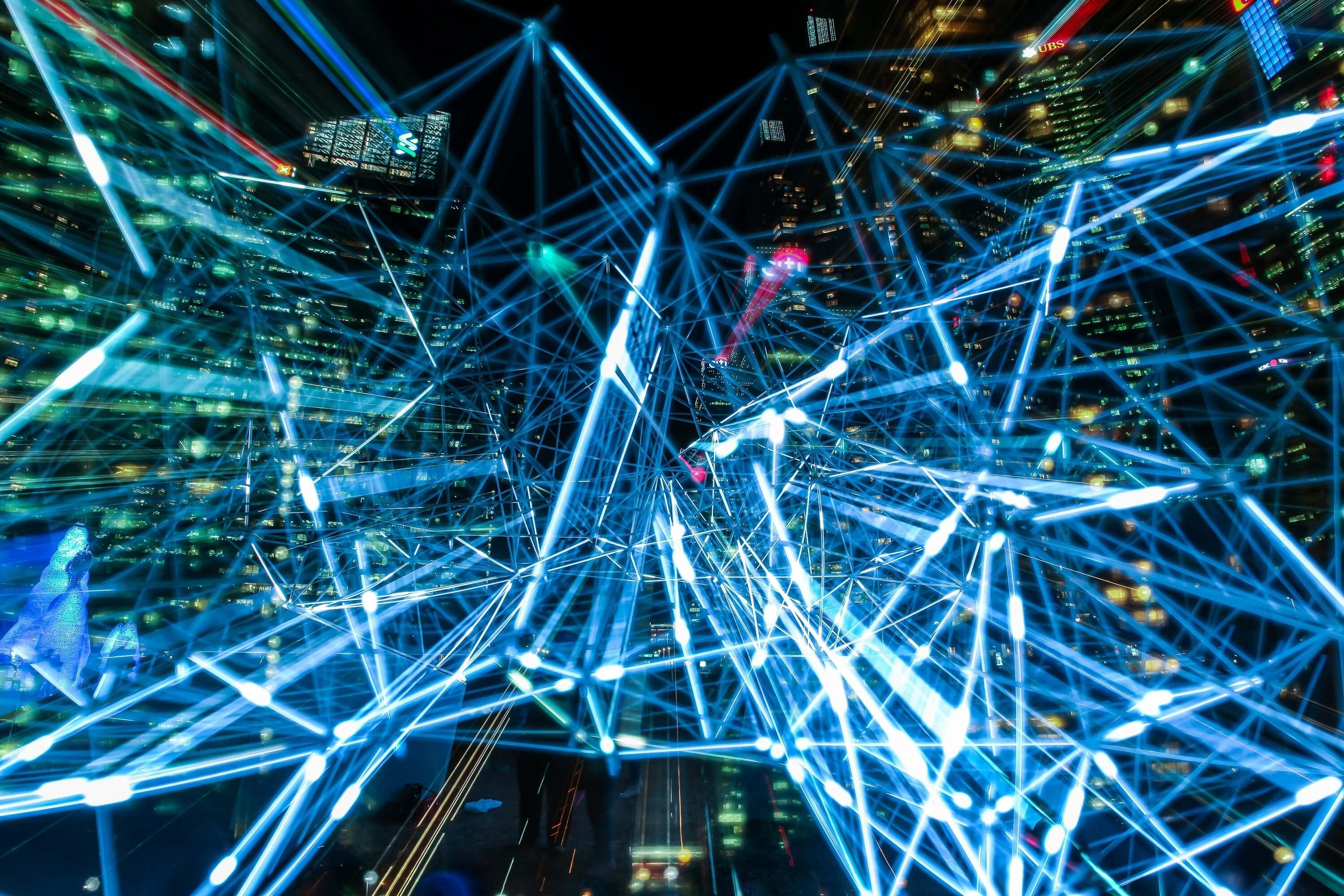 Image illustrative représentant un réseau 5g, avec plusieurs lumières bleues traversant une ville (Via: Pixabay)