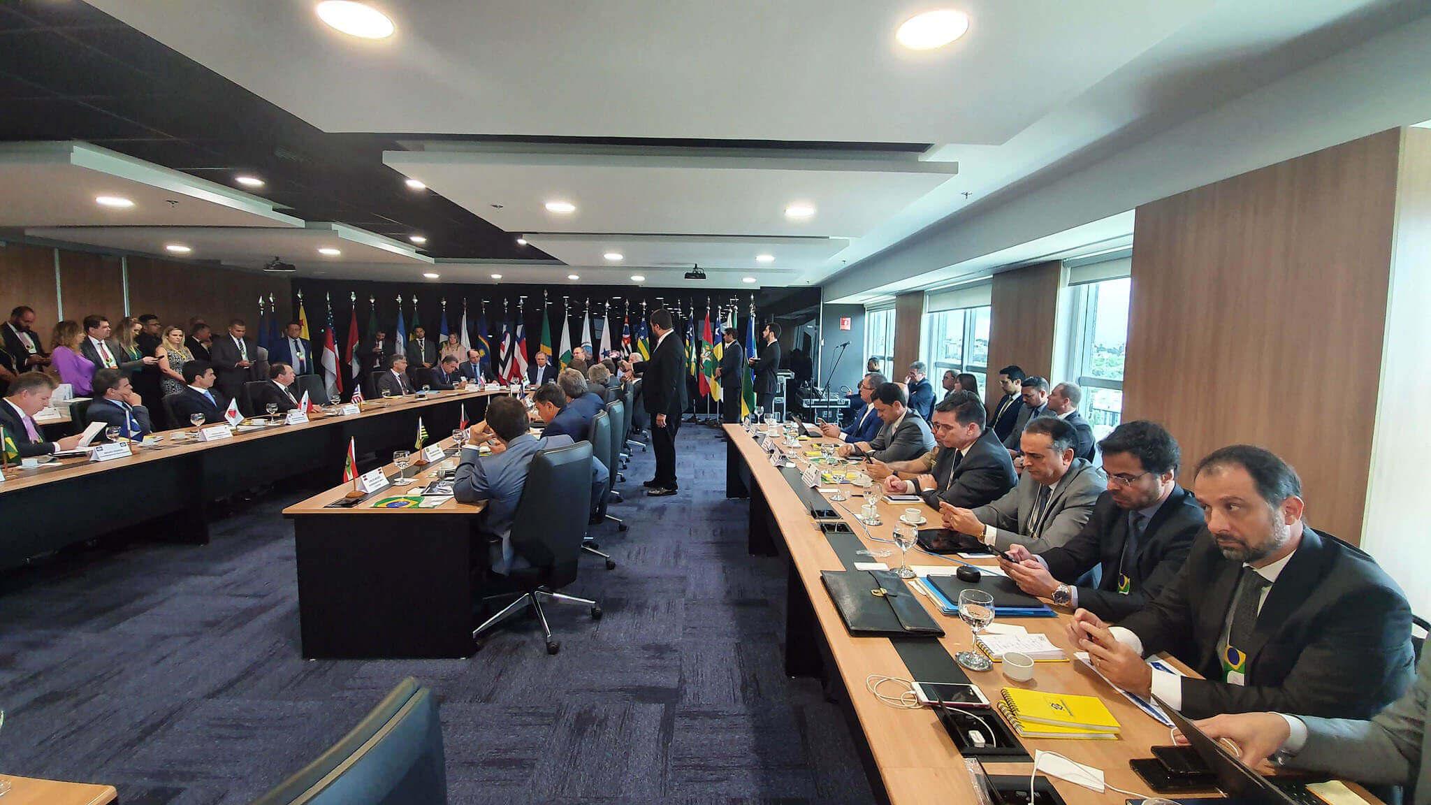 Gouverneurs assis dans une salle de réunion. Contenu sur la destitution du gouverneur.