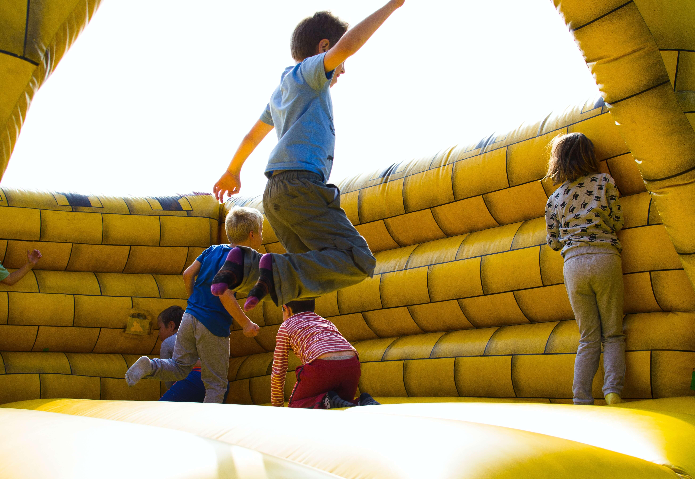 Enfants jouant. Contenu sur l'obésité infantile au Brésil.