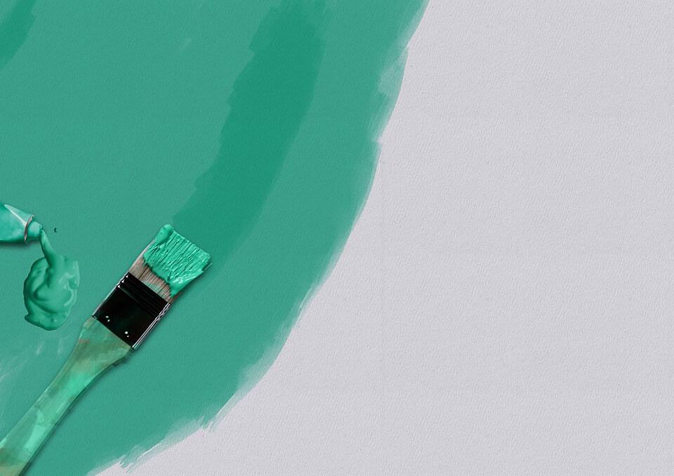 pinceau avec de la peinture verte. Contenu greenwashing