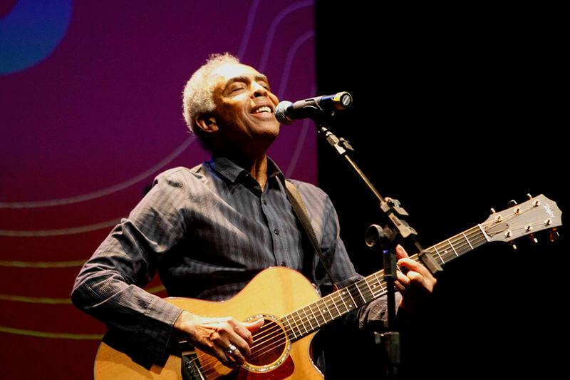 Gilberto Gil avec guitare. Mouvement Tropicália.