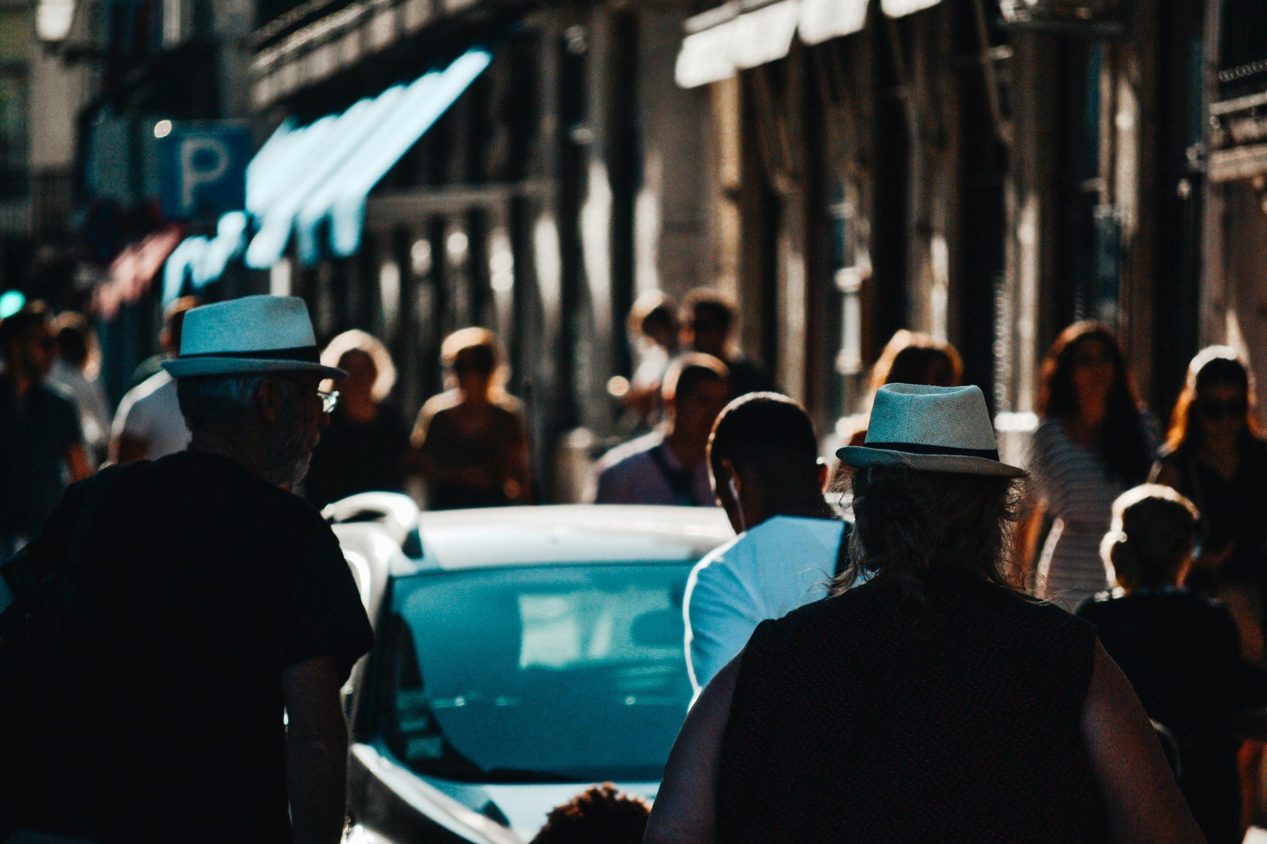 les gens qui marchent dans la rue. Contenu de mobilité sociale