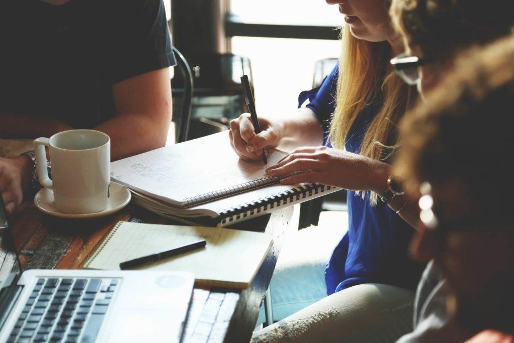 Image illustrative de personnes dans un bureau.