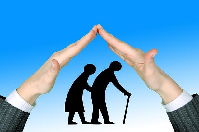 Image illustrative d'un dessin de personnes âgées protégées par une paire de mains, en forme de maison.