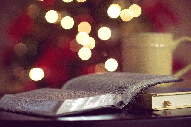Image d'une Bible ouverte, accompagnée d'une tasse de café.  Représentation textuelle de la façon dont le chrétien se positionne