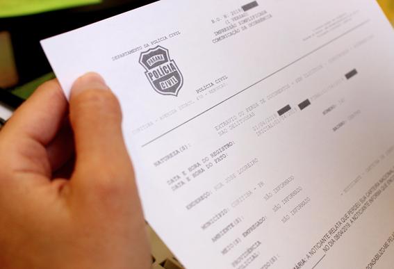 Image illustrative pour les nouvelles de la criminalité.  Personne détenant un document avec le logo de la police civile.
