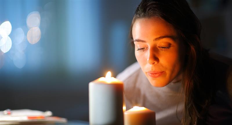 Faites cette prière devant une bougie blanche allumée.  Photo : Shutterstock